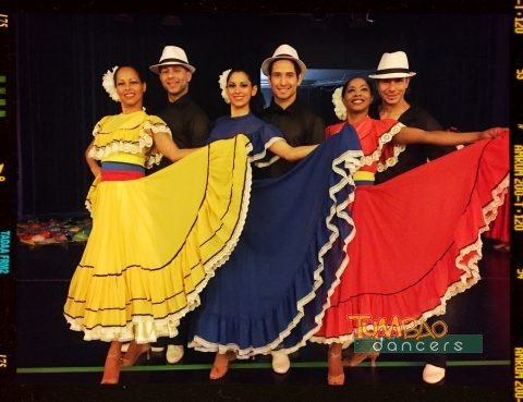 Tangruppe in farbenfrohen Kostümen