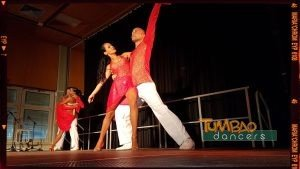 Salsa Tanzpaar auf der Bühne
